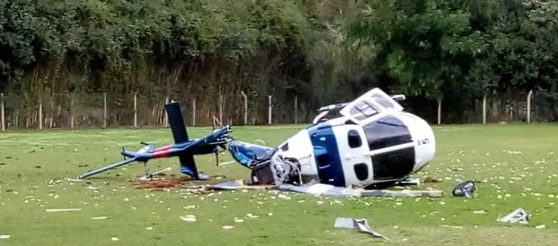 Helicóptero após a queda e totalmente destruído dentro do campo de futebol da fazenda do INCAPER