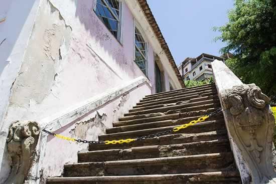 Escada de um dos acessos ao Arquivo Público da Bahia interditada