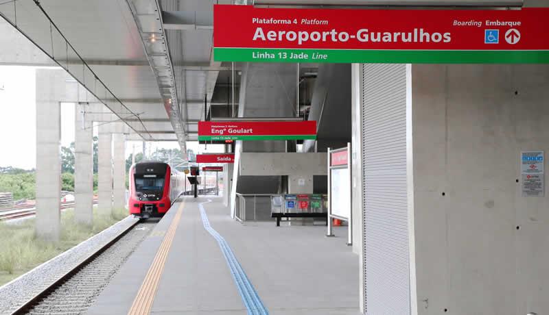 Trem chegando na Estação Engenheiro Goulart, da Linha 13-Jade da CPTM