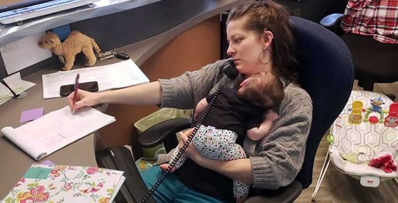 Mãe trabalhando com bebê no colo causa polêmica