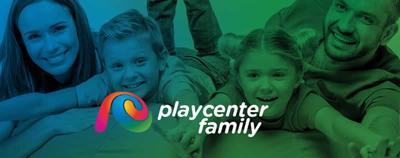 Crianças de mãos dadas, entre um casal de adultos, todos sorrindo, tendo sobre esta imagem o logotipo do Playcenter anunciando o novo Playcenter Family