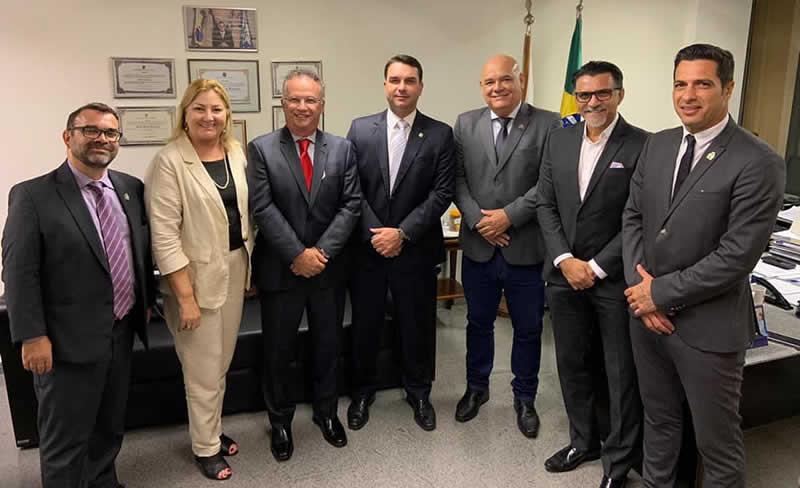 Luciano Marson, Regina Abdala, Flávio Bolsonaro, Guiga Peixoto, entre outros, posam para foto no gabinete do Senador Flávio Bolsonaro