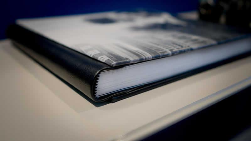 Um livro de atas fechado sobre uma mesa